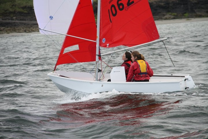 White Winder Mirror dinghy with white spinnaker