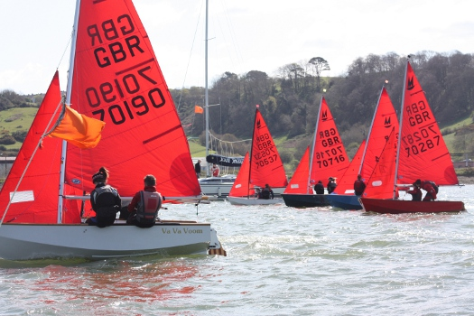 Mirror dinghy 70170 starting on port tack by the pin mark