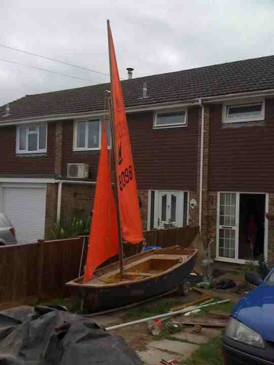 Mirror dinghy 28098 rigged up in a garden