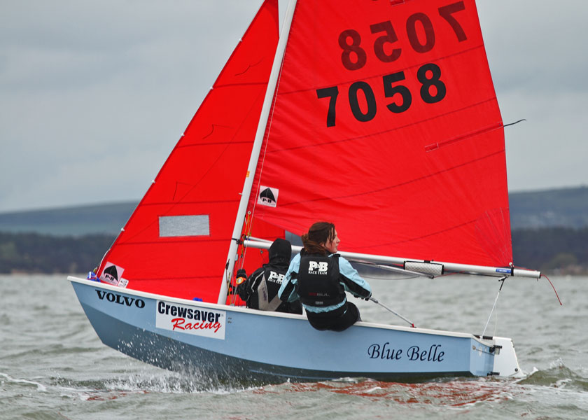 Blue Mirror dinghy 70582 being sailed upwind